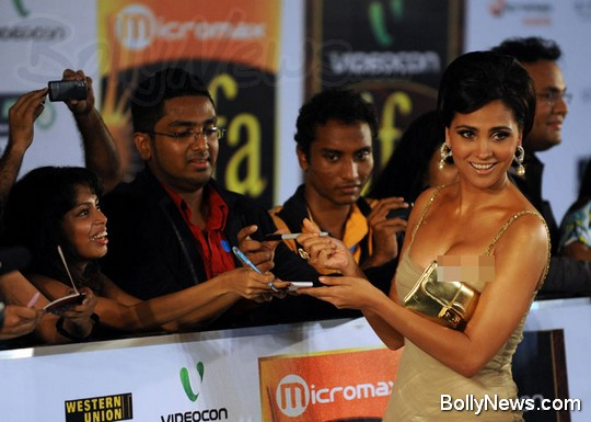 lara dutta wardrobe malfunction at iifa 2010